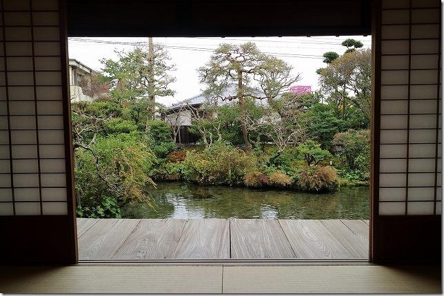 四明荘の湧水を眺め