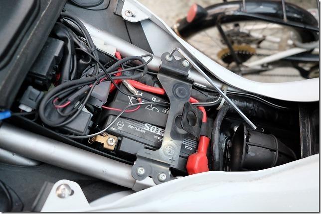 MT-07バッテリー交換、手順2