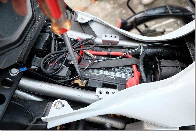 MT-07バッテリー交換、手順3