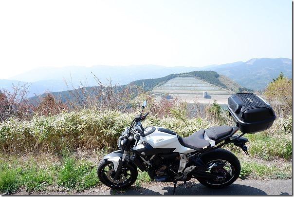 天山ダムの横をツーリング