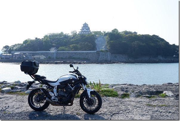 MT-07で唐津城を対岸から