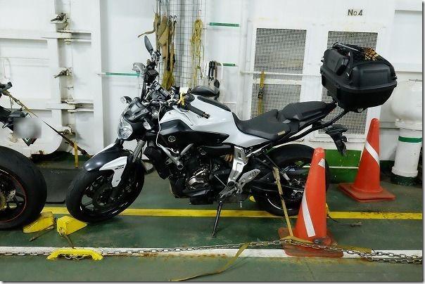 壱岐へのフェリーへバイクで乗船、固定されたMT-07