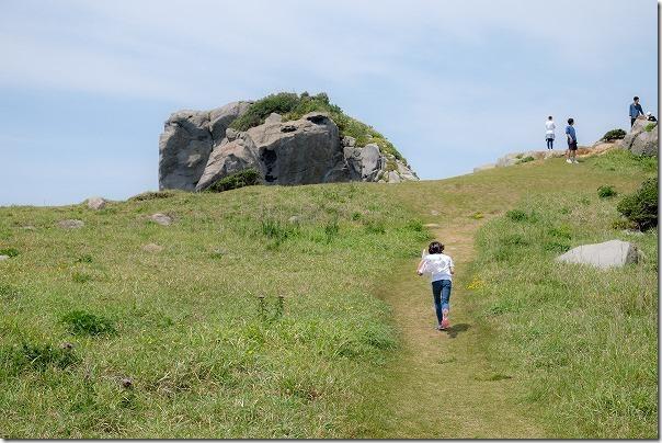 子供と猿岩へ駆け上る、壱岐