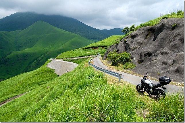 由布岳とバイク、高台から