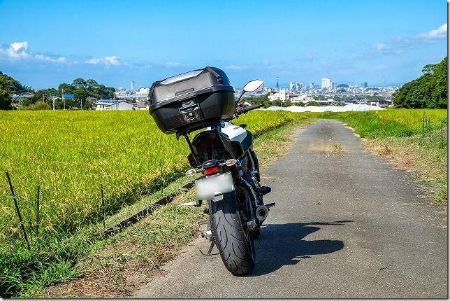 遠くに福岡タワーや福岡ドームが見える場所でフォトスポット、バイク
