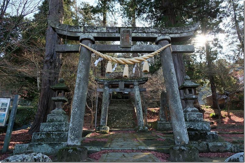 原尻の滝を渡った道路の先、二宮神社