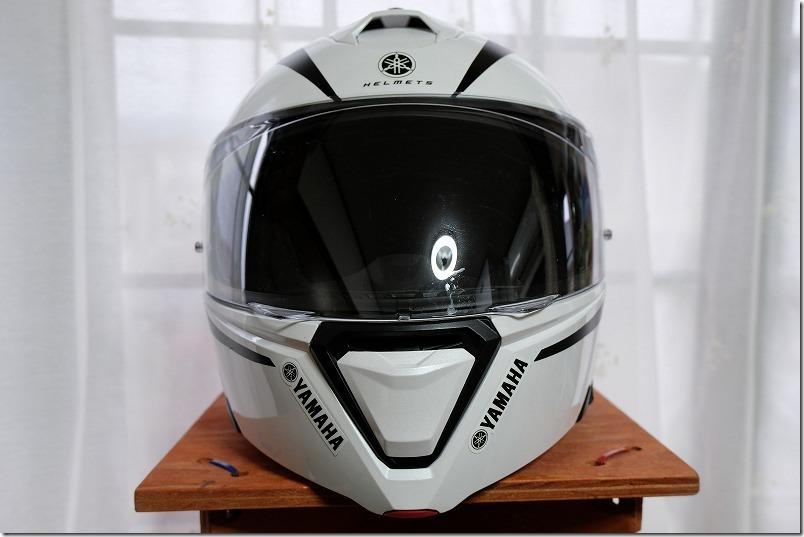 ヘルメットに貼ったカッティングシートとデザイン、フロント